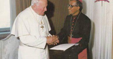 Mgr. Hila dan Bapa Suci Beato Yohanes Paulus II