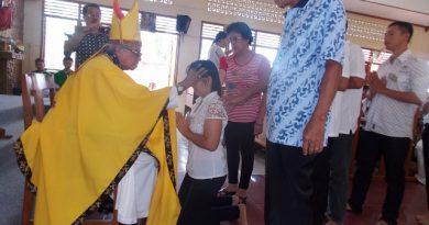 Mgr Hilarius Moa Nurak SVD saat mengurapi salah satu krismawati di Gereja Hati Kudus Yesus Mesulaut, salah satu wilayah di Paroki Katedral St Yoseph Pangkalpinang. (Foto : SH Lopis)