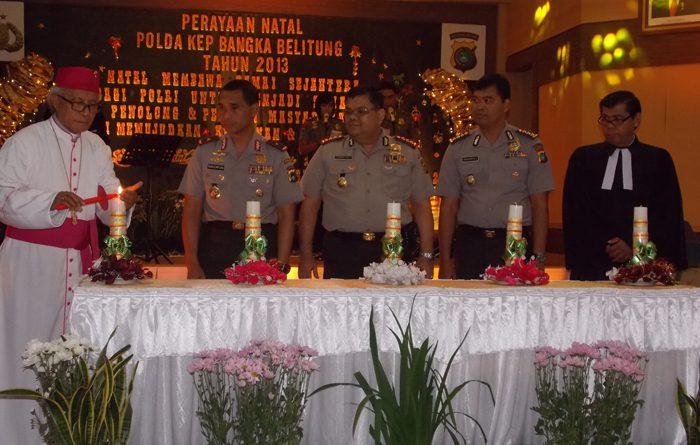 Mgr Hilarius Moa Nurak SVD menyalahkan lilin Natal didampingi Kapolda Babel Brigjend Pol. Budi Hartono Untung