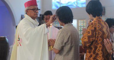 Uskup Pangkalpinang Mgr Hilarius Moa Nurak SVD saat merayakan ekaristi, Hari Orang Sakit Sedunia (foto : SH Lopis)