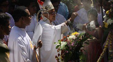 Uskup Keuskupan Pangkalpinang, Mgr Hilarius Moa Nurak SVD didampingi RD Agus Tupen saat pemberkatan kapel Kerahiman Ilahi