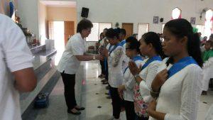 Ketua Kuria menyerahan Patung Bunda Maria, veksilum kepada ketua Pres BMYG