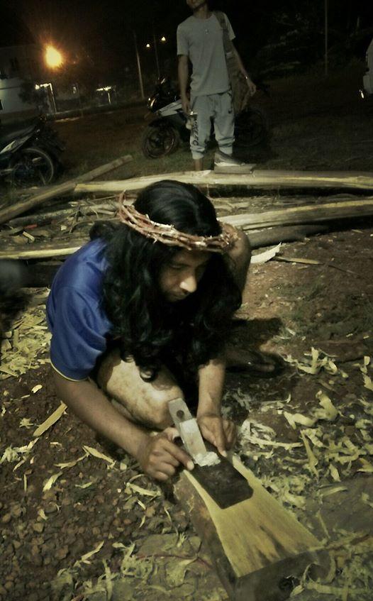 pengerjaan kayu salib