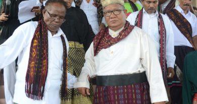 """Komunitas Melayu Kepulauan Riau mengantar Romo Atbau menuruni anak tangga gereja usai menerima gelar kehormatan Datuk """"Yang Dihormati"""""""